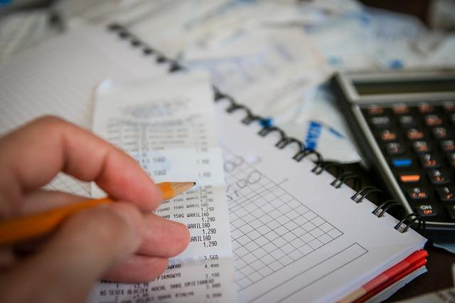 kalkulačka, papíry