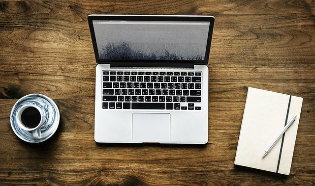 práce s PC a kávou