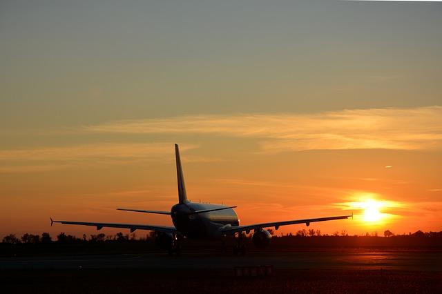 Letadlo, které je na zemi při západu slunce