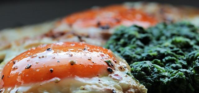 Špenát, vejce, zdravé jídlo.
