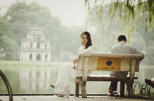 muž a žena na lavičce