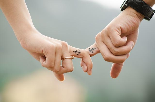 partneři si podávají ruce