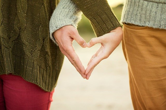 pár dělá z rukou tvar srdce