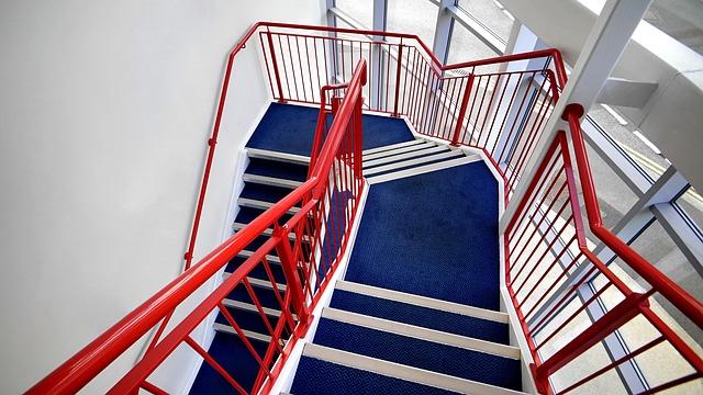 červené modré schodiště