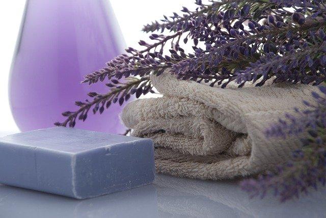 ručník, mýdlo a levandule