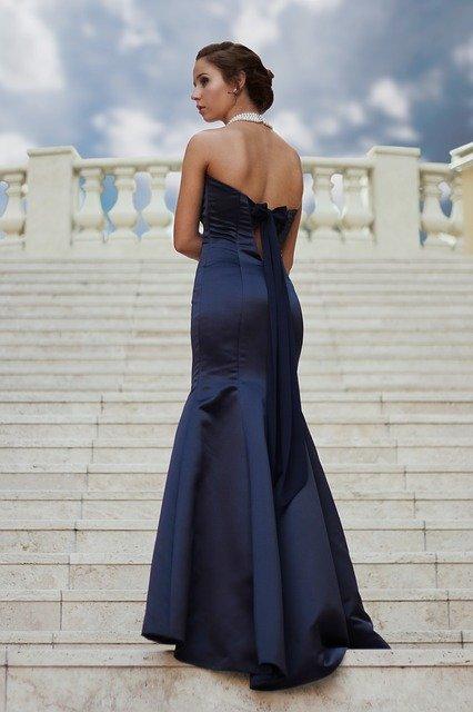 modré šaty na schodech